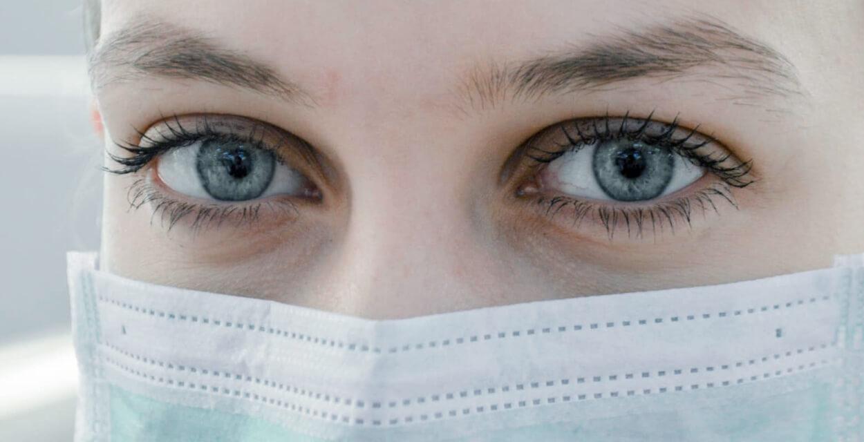 ojos mujer dentista mascarilla